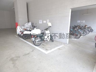 バイク置き場です(屋根付き)