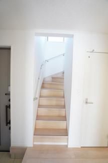 玄関となりにある階段です。