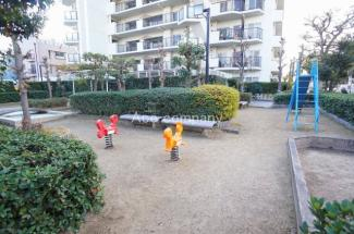 マンション敷地内に遊び場あります♪また、すぐ近くに公園もあります♪「うるし提公園」徒歩1分(約30m)