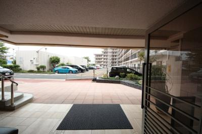 玄関から駐車スペースの眺め