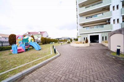 マンション敷地内にはお子様が遊べる遊具等があります。