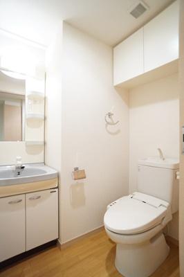 洗面所とトイレはホテルライク。