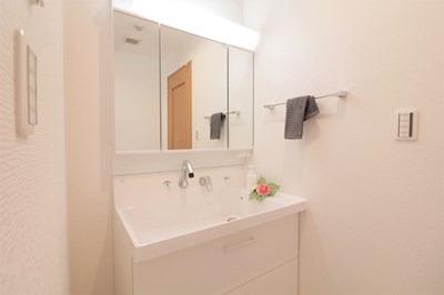 独立洗面化粧台は三面鏡付き