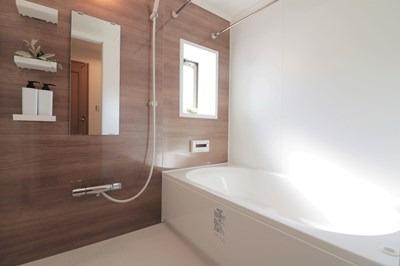 落ち着いた空間の窓のあるお風呂です