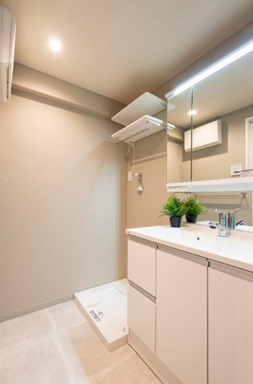 洗面化粧台新規設置 洗濯機の上部には棚付き