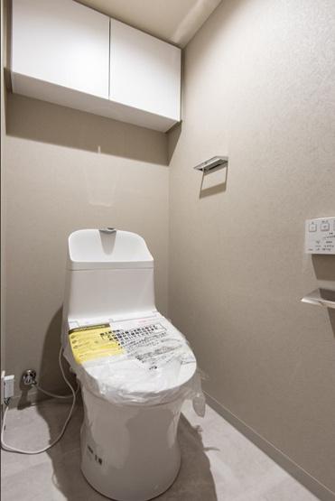 洗浄機付きのトイレを新規設置 収納にも助かる吊戸棚付き