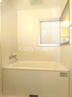 窓付きのお洒落な浴室です