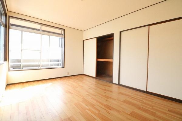 2階6帖洋室。寝室にいかがですか♪