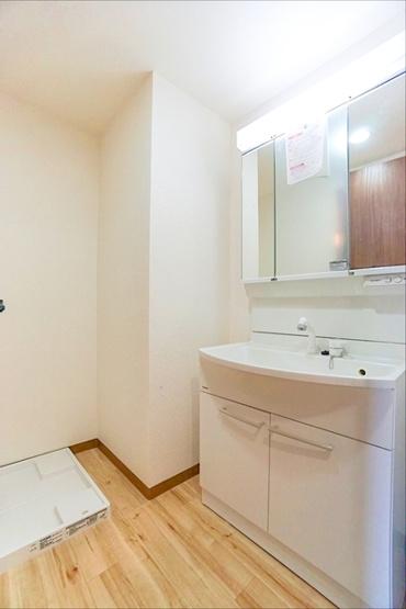 お化粧もしやすい三面鏡付き独立洗面台! 収納もしっかりあり、洗剤などもしまっておけます!