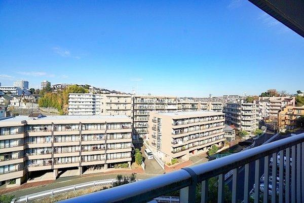 バルコニーからの眺望です。閑静な住宅街ならではの雰囲気です。 何もさえぎるものがないため、陽当り眺望良好です♪ カーテンを開けていても人の目線が気になりません!