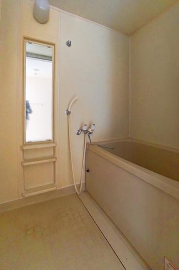 シンプルで清潔感のあるバスルーム!! このバスルームで一日の疲れを癒してください!