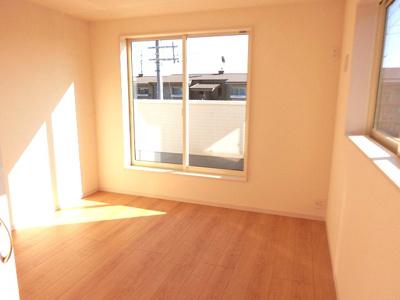 【現地写真】大きな窓からたっぷりと陽光が注がれる明るい空間。時を忘れて過ごす場所として過ごせるお部屋♪