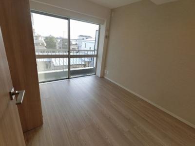4.9帖の洋室です。 子供部屋やワークスペースとしても活用できます。