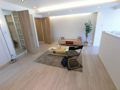 13.7帖のリビングはキッチン側に窓があり採光・風通し◎換気ができます。 ダイニングテーブルやソファー、ローテーブルなどの家具もしっかりと配置できます。