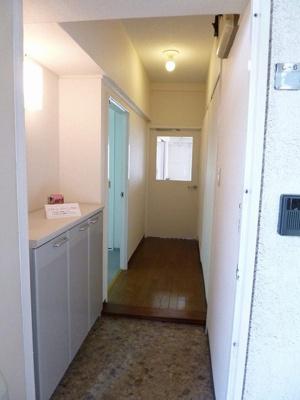 玄関から室内への景観です!右手に洗面台・トイレ・浴室、左手に洋室5帖のお部屋があります★
