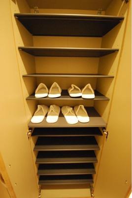 容量たっぷりの下足入で靴がたくさんあっても心強いですね。