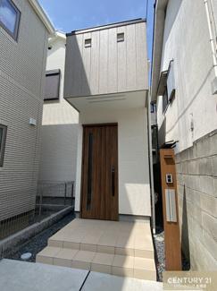 駐車スペース2台、建坪約26帖の二階建て木造住宅です。
