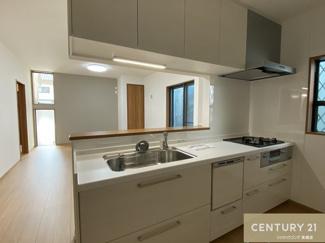 食洗器も付いたキッチンはよく使うものを取り出しやすく お手入れもしやすい設計です。