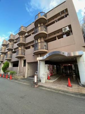 朝日プラザ堺東 出入口に自動販売機多種豊富です