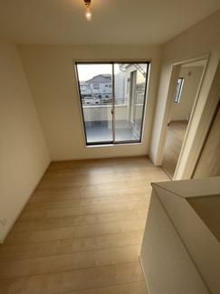 2階階段を上がりますとすぐ目の前にバルコニーがあり、 どの部屋に行かなくても洗濯物が干せる設計になっております。
