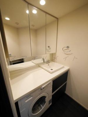 大きな鏡が特徴の綺麗な独立洗面台・三面鏡です。