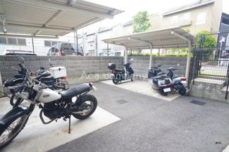 バイク置場あります。もちろん駐輪場もございます。