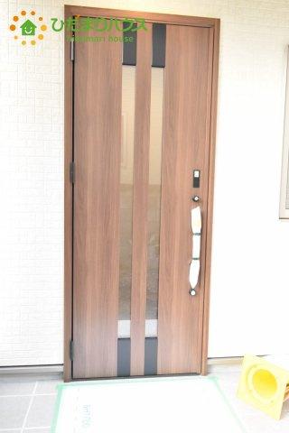 おしゃれなウッド調の玄関ドアです。