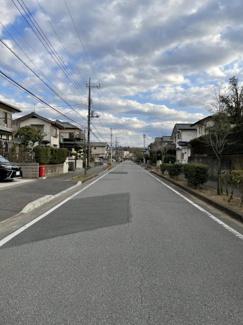 前面道路は広く駐車も楽々♪ 近くに弊社の元分譲地もあり頻繁に足を運びますが、新築も立ち並ぶエリアに変わりつつあります。