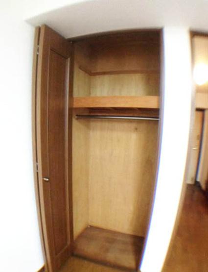 写真は床張り替え前のもの。現在はお部屋と同じ薄い木目色です。