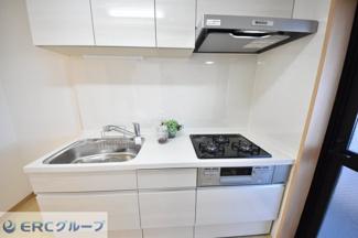 シンプルで白を基調とした使いやすいキッチンです。