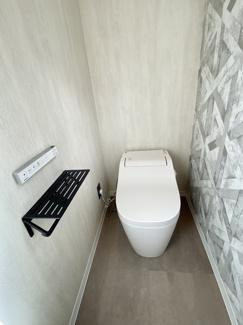 1階トイレもアラウーノタンクレス♪スタイリッシュリモコン、2連ブラックアイアンペーパーホルダー&タオルホルダー設置で細かなおしゃれアイテム満載。