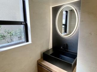 1階玄関上がってすぐにも洗面台がございます。サンワカンパニー製台座、ブラックカラー洗面ボール&水栓採用。さらにスタイリッシュタッチ式LEDミラー装備しております♪