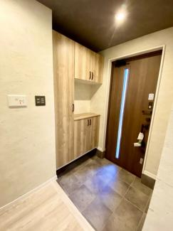 玄関ドアはスマートリモコン付きで1階、2階からの電子錠解除が可能です。キースイッチパネルにもこだわりのマットグレーカラーを全室採用致しております。