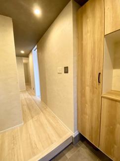 主寝室のウォークインクローゼットです。各部屋のクローゼット内部クロスまで上級アクセントクロス仕様です。