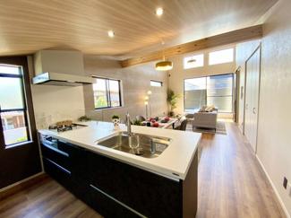 見通しの良いオープンキッチンはペニンシュラタイプで腰掛チェアを置けばカウンターでもお食事ができる広さのキッチンです。