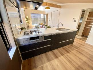 日中は照明器具なしで十分明るいです。キッチン同調収納ユニット付きの解放感あるキッチンスペースです。キッチン部分にも床暖房完備。