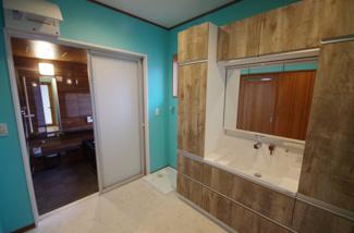 洗面脱衣所、収納豊富な三面鏡の洗面台