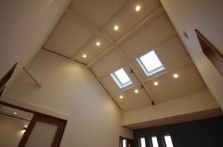 寝室天井、明り取りの窓から優しい太陽光が入ります