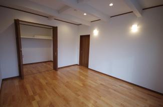 2階洋室、収納も大容量です
