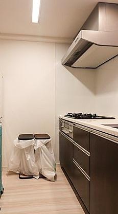 使いやすいキッチンです こちらでお料理をお楽しみください 会話も弾む対面式です 背面には冷蔵庫・食器棚も置けるスペースがあります