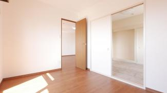 南側5.2帖洋室 南に面するとても明るいお部屋です。