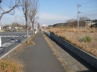 西側道路はアピタや木更津南ICに通ずるバス通り