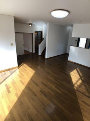 【居間・リビング】外壁塗装、1階クロス交換済み 太陽光付 中古住宅