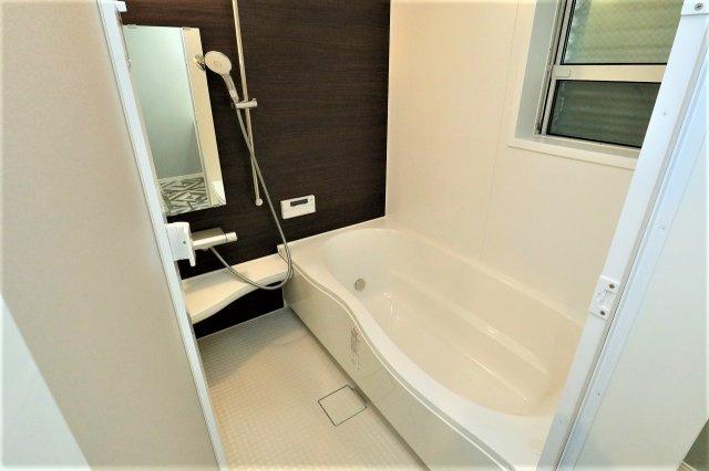 お風呂で日々の疲れを落としましょう カビの生えやすい浴室、窓があるので心配なく換気ができます