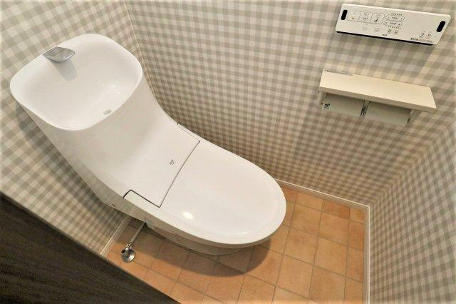 暗くなりがちなトイレもアクセントクロスでお洒落な空間に