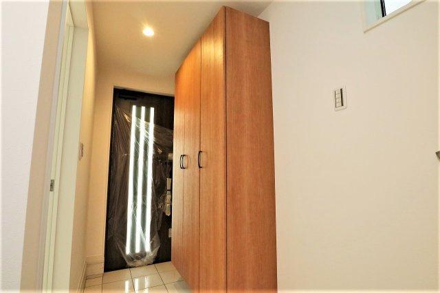 明るい玄関には大型のシューズボックスがあり清潔な玄関を保てます