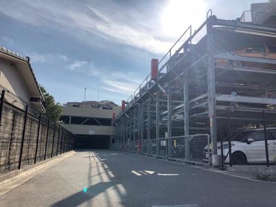 敷地内には平面駐車場・自走式駐車場・立体駐車場がございます。空き状況につきましては随時お調べいたします。