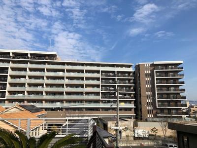 当社3階から撮影したブリリアシティ千里丘の外観写真。ブリリアシティ千里丘は 千里丘陵のふもと、JR千里丘駅まで徒歩5分&南傾斜の貴重な立地に位置しております。