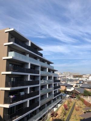 ブリリアシティ千里丘D棟。4階部分・東南角部屋のため、陽当たり・通風良好です。