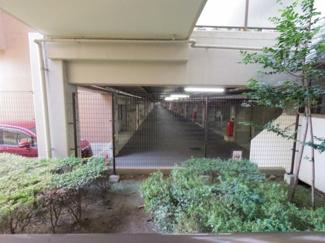 敷地内駐車場です。向かって奥側がメインエントランス側となっております。駐車場が屋内というのもポイントです。
